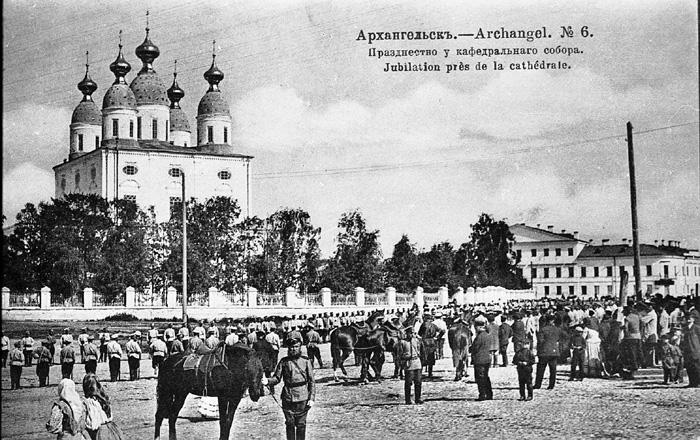 Празденство у кафедрального собора в Архангельске; открытка по фото Якова Лейцингера